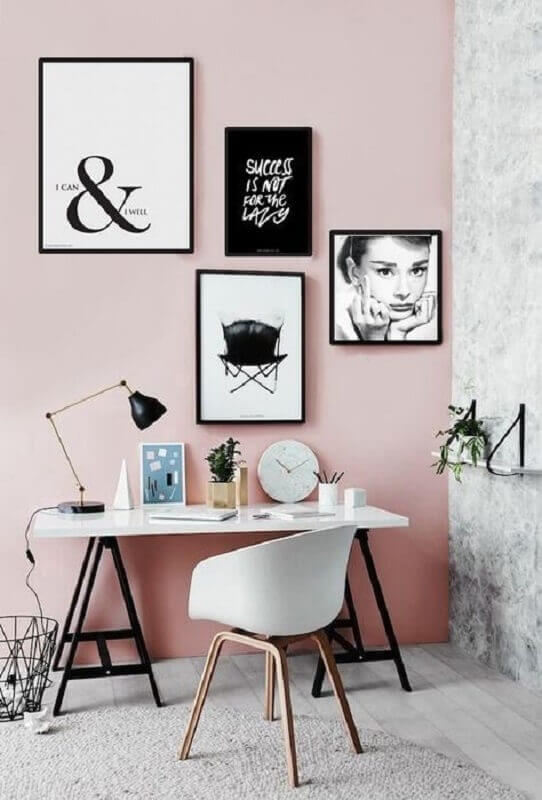 decoração simples para home office com parede rosa e vários quadros preto e branco Foto Zíper Chique