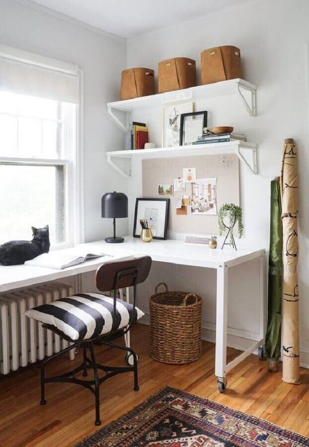 decoração simples para home office pequeno com prateleiras para organização Foto Schoolhouse