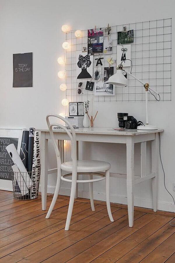 decoração simples para home office pequeno com quadro de avisos Foto Archzine