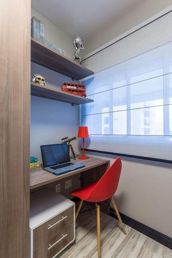 decoração simples para home office planejado com bancada de madeira e cadeira vermelha Foto Ricardo Lopez