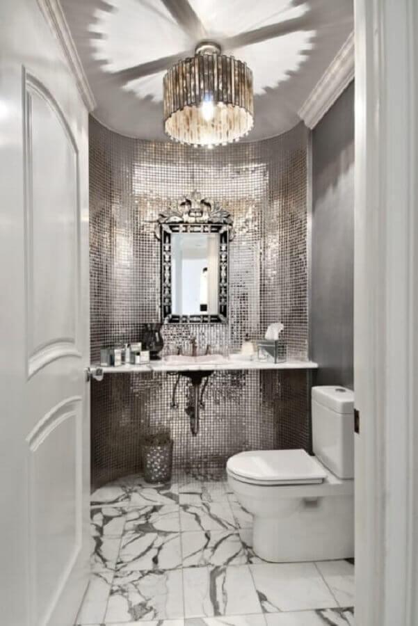 decoração sofisticada com lustre para banheiro pequeno com pastilhas de inox Foto Futurist Architecture