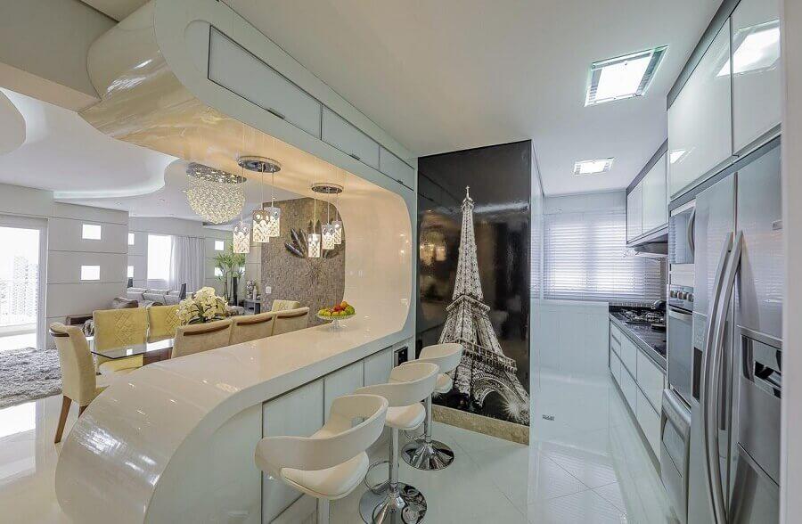 decoração sofisticada para cozinha americana toda branca com bancada curvilínea Foto Iara Kilaris