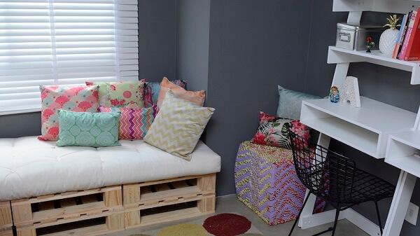 Decore o quarto com banco de pallet