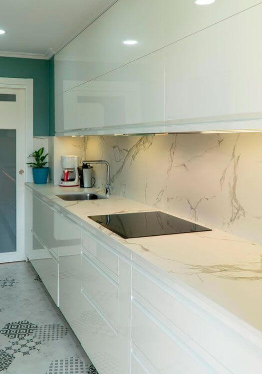 Pia de mármore na cozinha com revestimento combinando