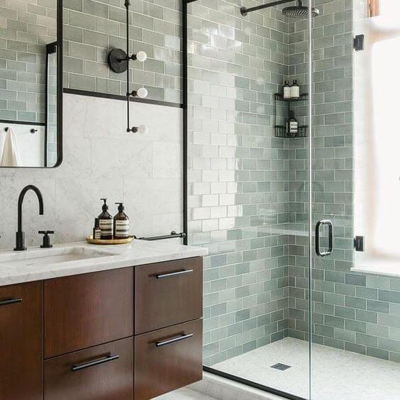 Banheiro industrial com pia de mármore