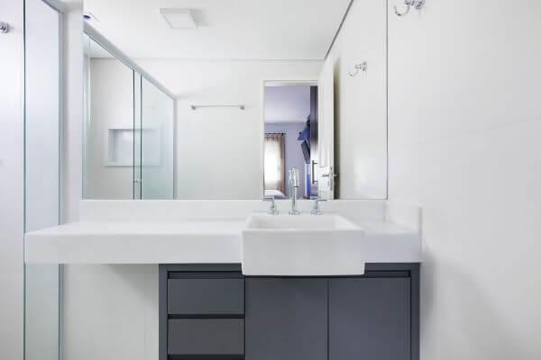 Banheiro em tons neutros e mármore branco