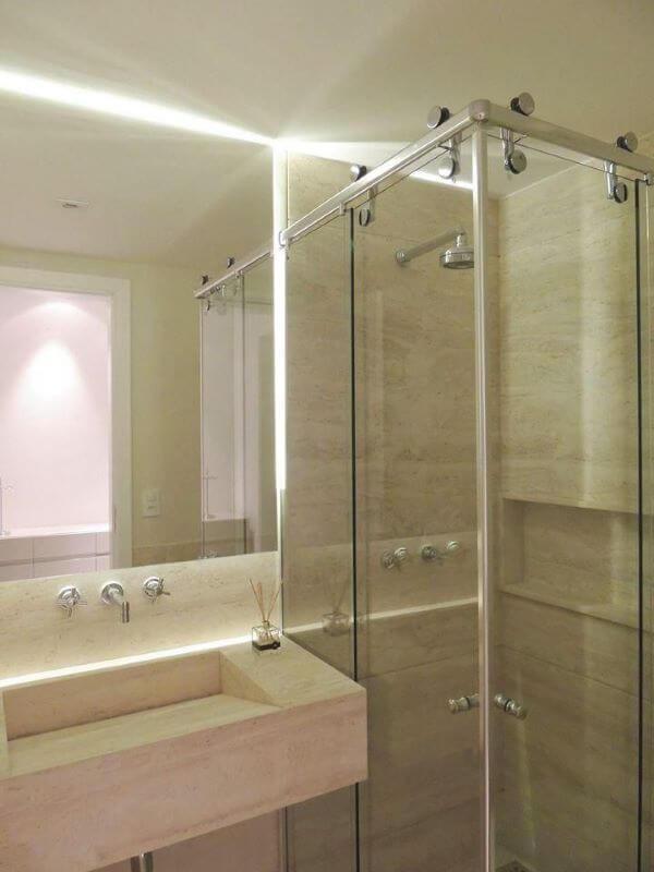 Banheiro com pia de mármore travertino