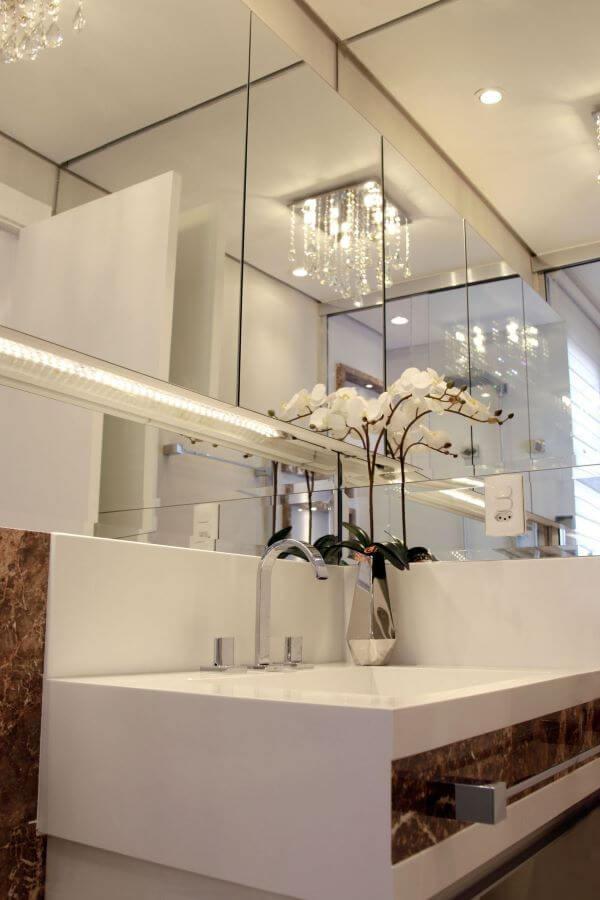 Pia de mármore branco com espelhos