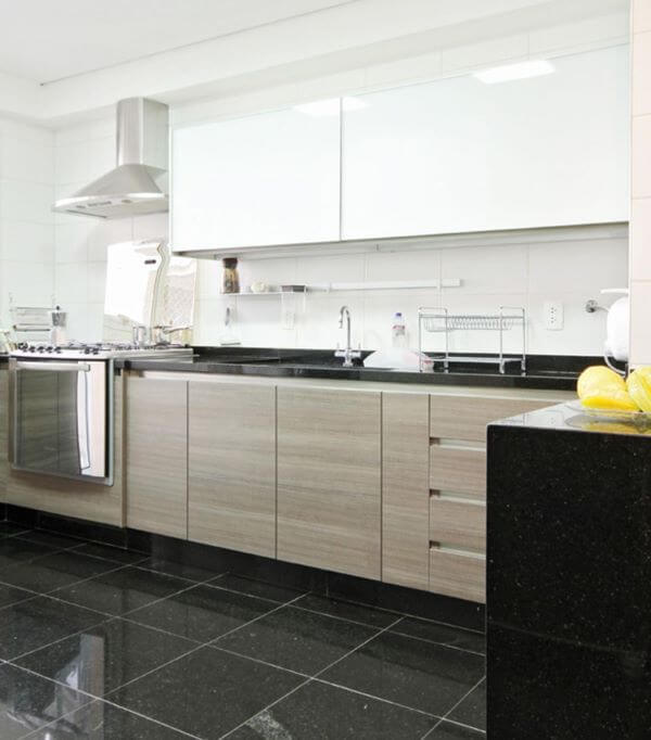 Cozinha planejada com balcão e pia escuro