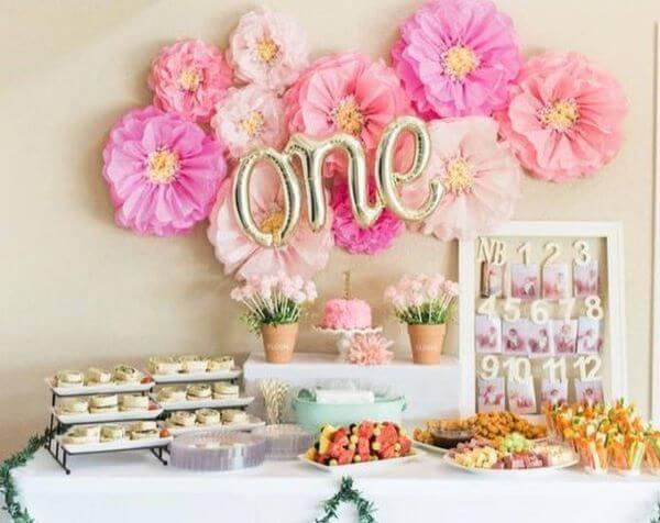 Decoração de festa com flores de papel de seda em tons de rosa