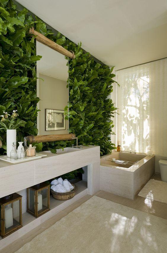 Jardim vertical no banheiro com pia e bancada de mármore