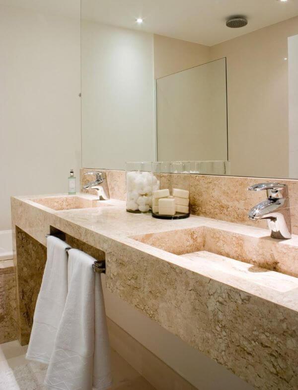 Lavabo com espelho e pia de mármore