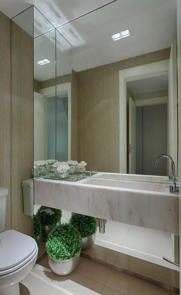 Pia de lavabo para banheiro com espelho amplo
