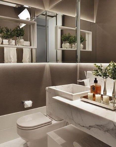 Pia de mármore em banheiro neutro