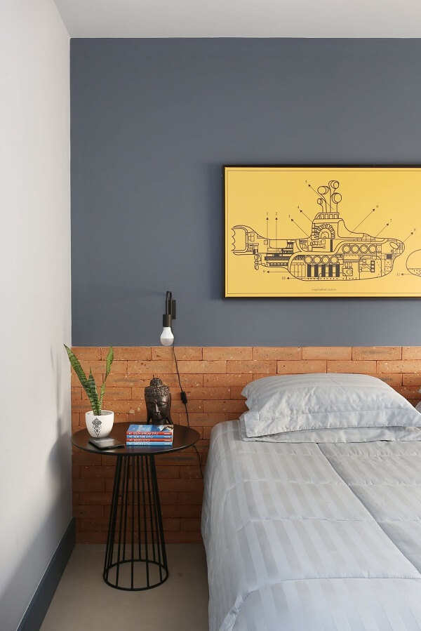 Cabeceira de tijolinho aparente e criado mudo moderno