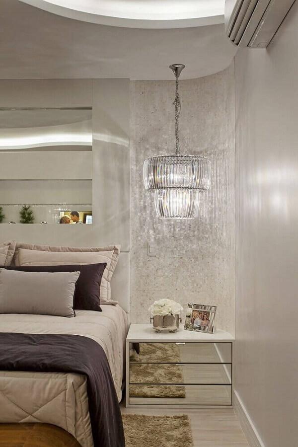 Acomode o criado mudo espelhado ao lado cama
