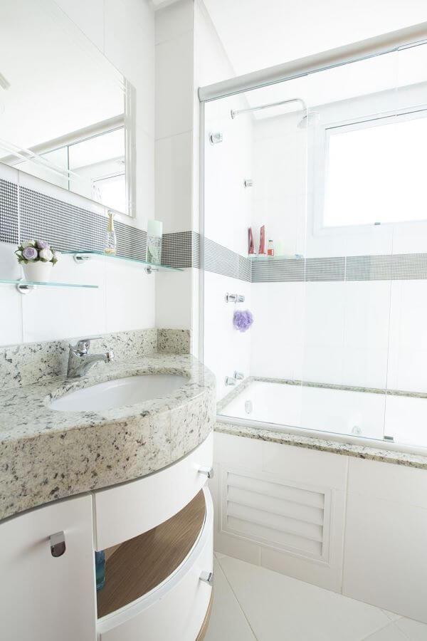 Banheiro com pia de mármore