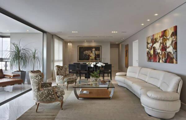 Sala de estar clássica com poltronas decorativas estampadas