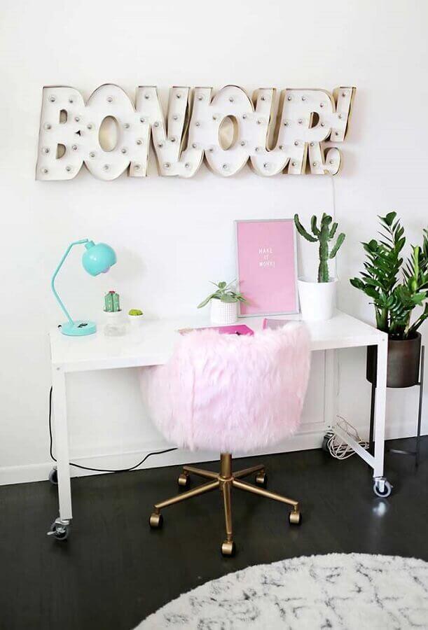 delicada decoração de home office com luminária azul tiffany e cadeira com revestimento de pelos Foto A Beautiful Mess