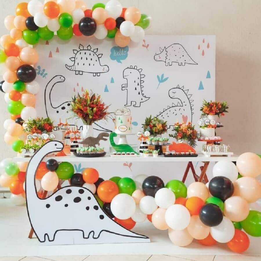 delicate decoration for dinosaur party baby Photo Dani Viñas