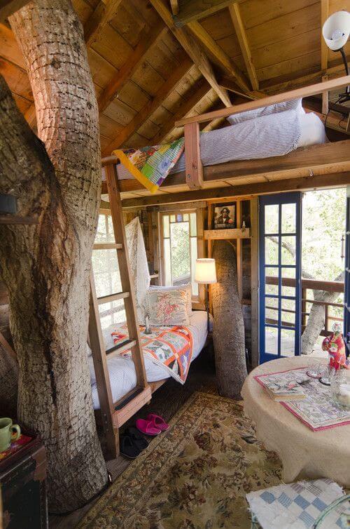 Os troncos trazem um charme a parte para a decoração do ambiente