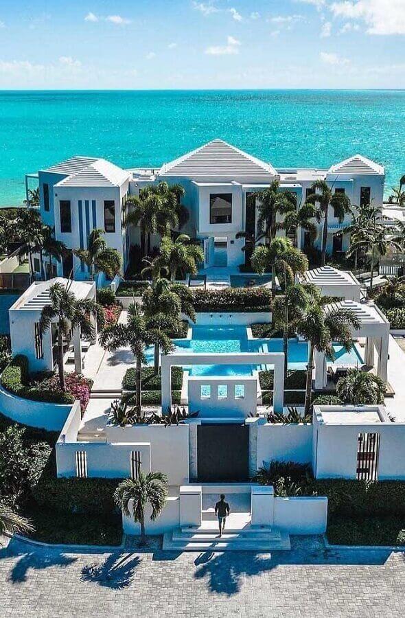 fachadas de casas de luxo com piscina e árvores Foto Travel Yourself