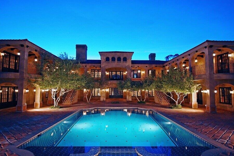 fachadas de casas de luxo com piscina iluminada Foto Pinterest