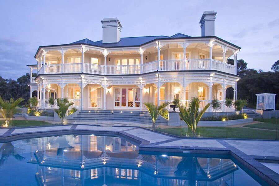 fachadas de casas de luxo toda branca com piscina Foto Assetproject