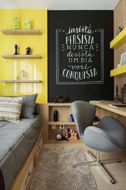 Quarto amarelo decorado com prateleiras de madeira e tinta lousa Foto Revista VD