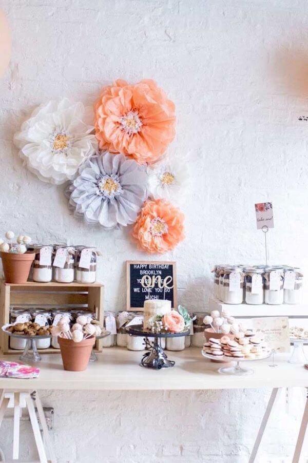 Festa em casa decorada com flores de papel de seda