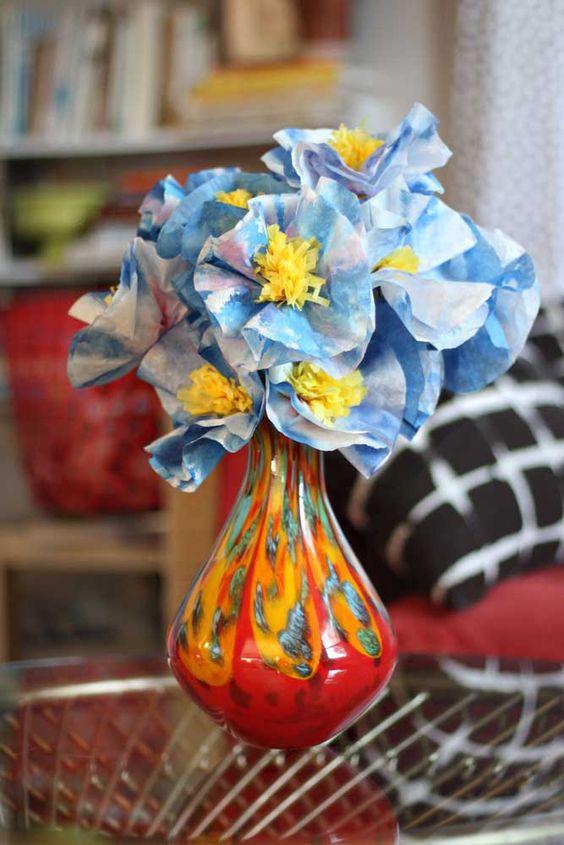 Flor de papel de seda no vaso colorido