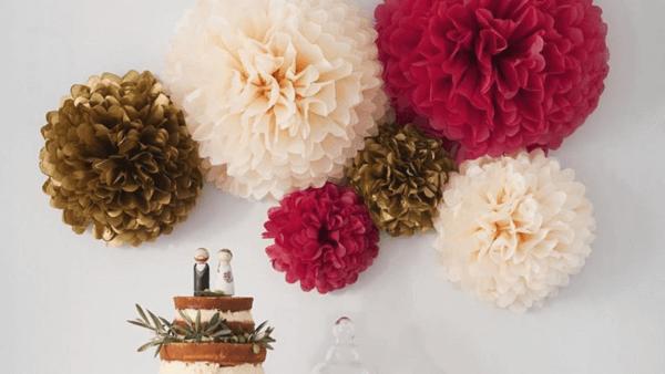 Flor de papel de seda para destacar a mesa de bolo da festa de casamento