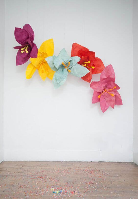 Flores de papel de seda gigante no painel