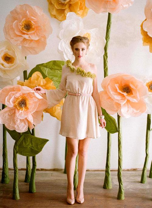 Flores de papel de seda gigante na decoração