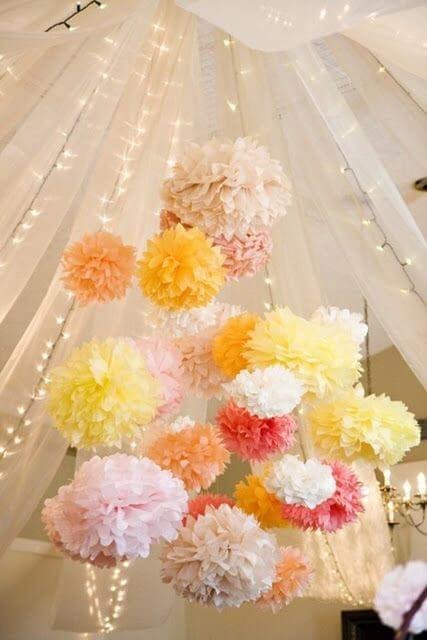 Flores de papel de seda no teto