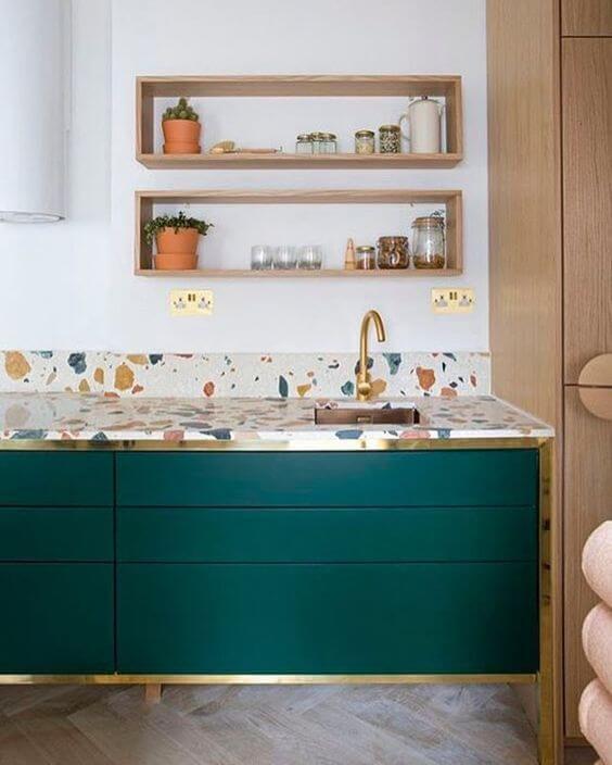Cozinha colorida com bancada de granilite