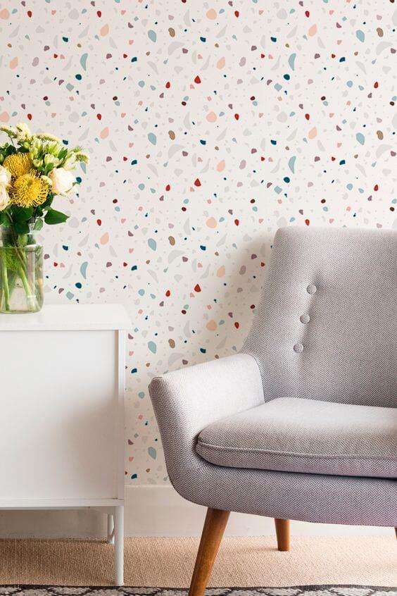 Papel de parede colorido com móveis neutros