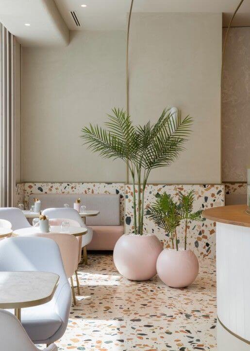 Sala de jantar moderna com piso colorido