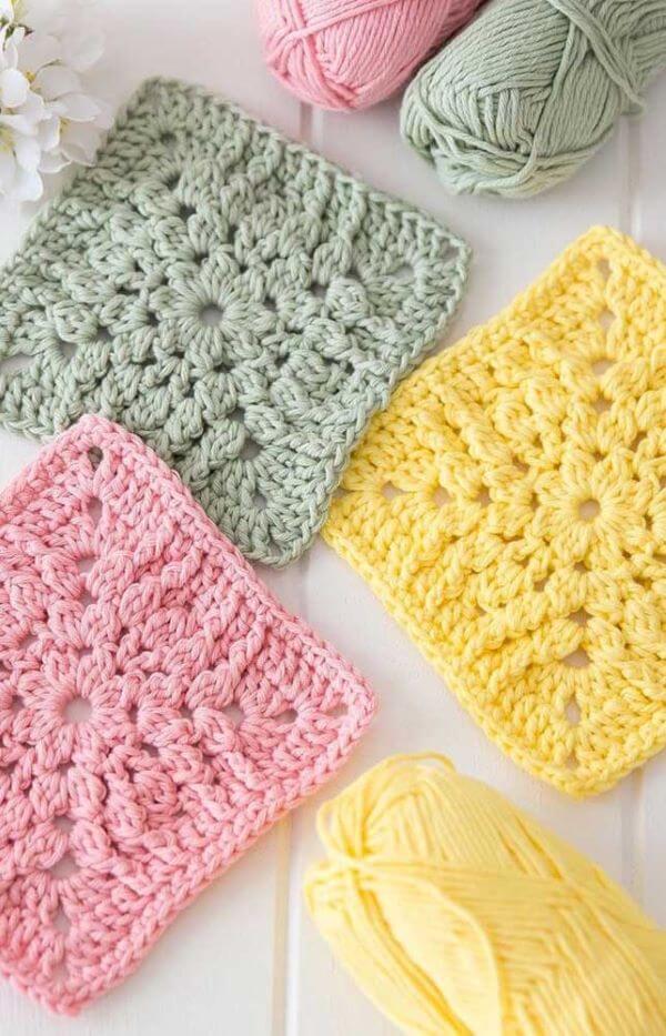 Guardanapo de crochê colorido rosa, amarelo e verde