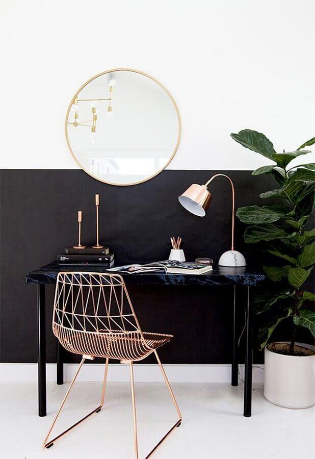home office decorado com parede preta e cadeira aramada rose gold com espelho redondo Foto Pinterest