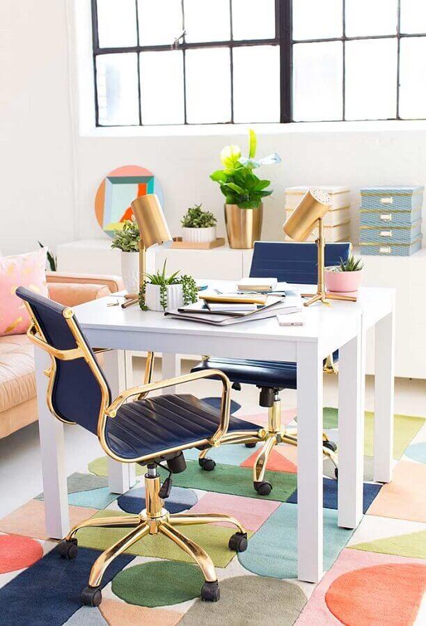 home office pequeno decorado com cadeira azul e luminária cobre Foto HomeYdeas