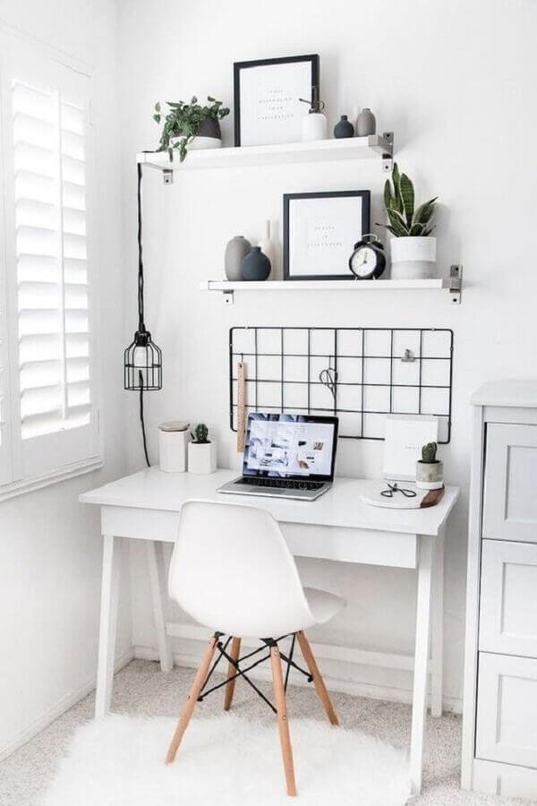 home office pequeno todo branco decorado com quadro de avisos e prateleiras brancas Foto Casa Vogue