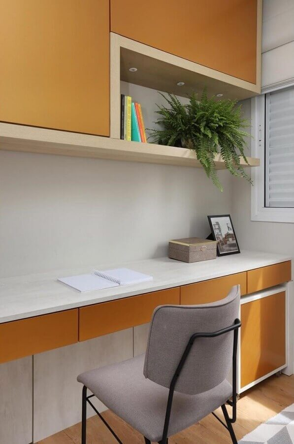 home office planejado com armários na cor mostarda Foto Bianchi & Lima