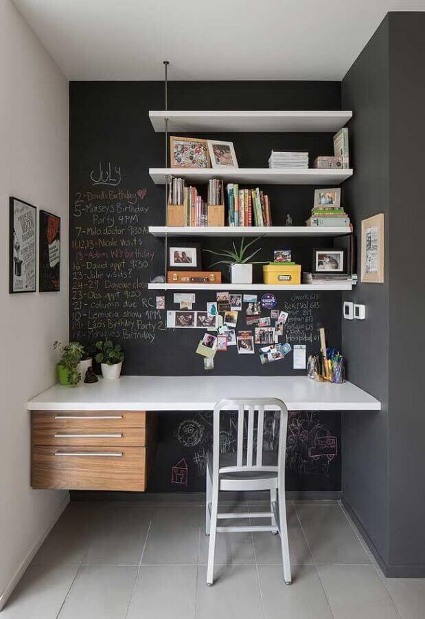 home office planejado decorado com parede de tinta giz e prateleiras Foto Minuto de Bobeira