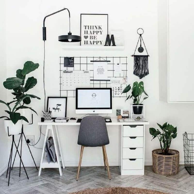 home office simples decorado com vasos de plantas e luminária preta Foto Webcomunica