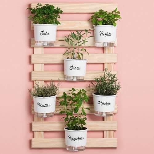 Horta vertical com vaso autoirrigável