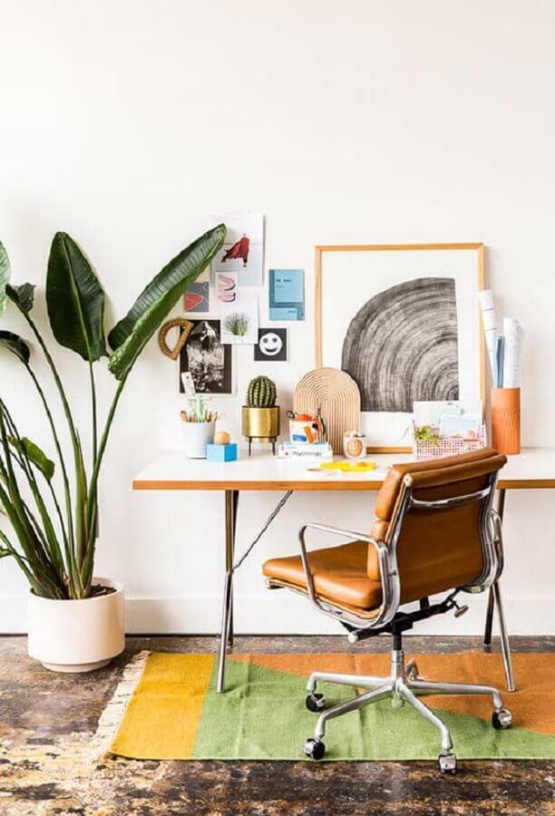 ideia de home office pequeno e simples com cadeira de couro giratória Foto Paper and Stitch
