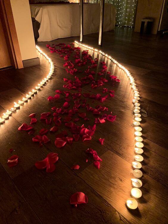 Ideias para dia dos namorados com velas e rosas no caminho