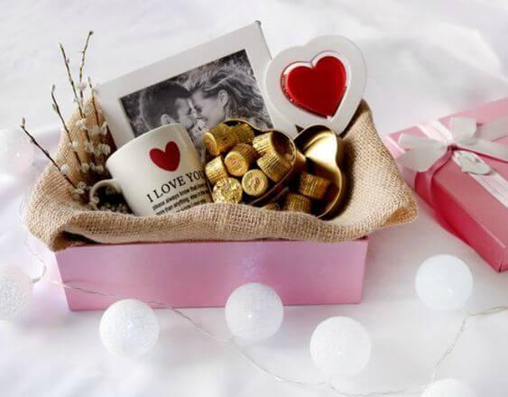 Cesta com chocolates e presentes, ideias para dia dos namorados