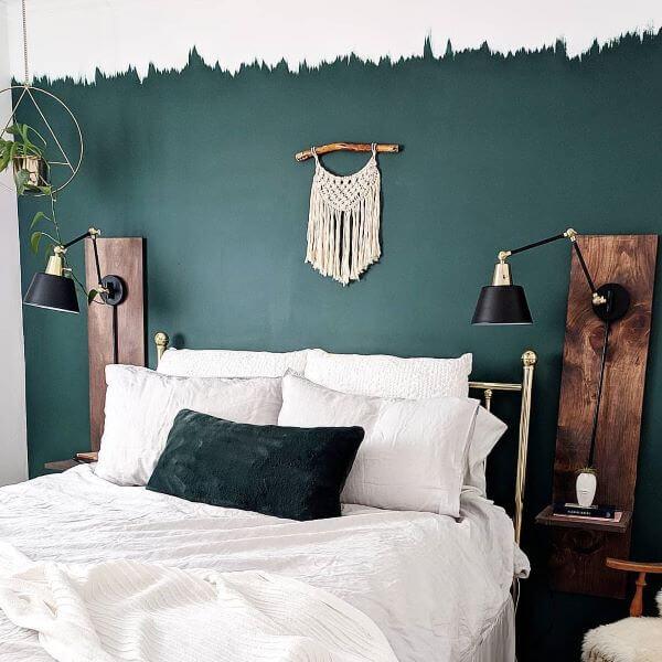 Inspiração para quarto verde esmeralda com cama branca